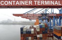 Le port de Hambourg. Le commerce extérieur a soutenu la croissance de l'économie allemande au quatrième trimestre 2013 (+0,4%) alors que la demande intérieure a pesé après avoir porté la reprise jusque-là. /Photo prise le 28 novembre 2013/REUTERS/Fabian Bimmer
