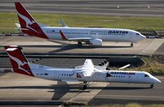 Le gouvernement australien étudie différents moyens de venir en aide à Qantas Airways, la compagnie aérienne en difficulté qui selon des informations de presse pourrait supprimer jusqu'à 5.000 emplois et céder des actifs. /Photo d'archives/REUTERS/David Gray