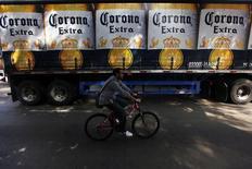 Anheuser-Busch InBev, propriétaire des marques Budweiser, Stella Artois et Corona, prévoit pour cette année un retour à la croissance de ses ventes au Brésil et au Mexique ainsi qu'une amélioration aux Etats-Unis, après une bonne fin d'année 2013. /Photo d'archives/REUTERS/Edgard Garrido