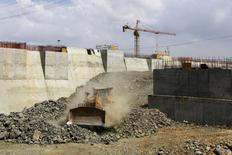L'Autorité du Canal de Panama est parvenue à un accord préliminaire avec le consortium chargé d'agrandir la voie d'eau qui prévoit l'achèvement des travaux pour décembre 2015 après un compromis sur les dépassements de coûts. /Photo prise le 21 février 2014/REUTERS/Carlos Jasso