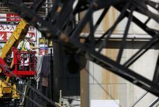 Site de construction à Tokyo. La production industrielle au Japon a connu en janvier son rythme de croissance le plus élevé en plus de deux ans et l'inflation sous-jacente est restée près d'un record de cinq ans, ce qui laisse penser que la reprise est suffisamment vigoureuse pour absorber un relèvement de la TVA prévu en avril.  /Photo prise le 28 février 2014/REUTERS/Yuya Shino