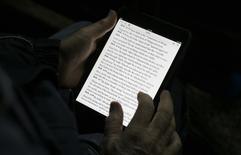 Le Conseil constitutionnel a validé vendredi la loi de 2012 qui permet l'exploitation numérique des livres indisponibles édités au XXe siècle après un recours d'opposants qui la jugent contraire aux règles sur la propriété intellectuelle. /Photo d'archives/REUTERS/Max Rossi