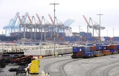 La croissance de l'économie américaine au quatrième trimestre a été révisée en baisse du fait de dépenses de consommation et d'exportations moins soutenues qu'initialement annoncé, selon la deuxième estimation du produit intérieur brut (PIB) publiée vendredi par le département du Commerce. /Photo d'archives/ REUTERS/Lori Shepler