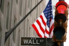 Wall Street a débuté en net recul lundi, comme l'ensemble des actifs à risque, dans des marchés où les investisseurs sont tétanisés par les préparatifs de guerre entre Kiev et Moscou. Le Dow Jones perd 0,74% dans les premiers échanges, le Standard & Poor's 500 recule de 0,66% et le Nasdaq Composite cède 0,9%. /Photo d'archives/REUTERS/Lucas Jackson
