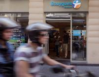 Bouygues, à suivre à la Bourse de Paris. Le groupe devrait soumettre mercredi à Vivendi une offre de rachat de sa filiale télécoms SFR prévoyant des garanties sur l'emploi et l'investissement ainsi que des concessions en matière de concurrence. /Photo prise le 28 août 2013/REUTERS/Jacky Naegelen