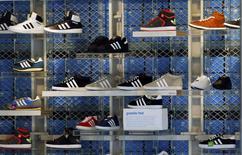 Adidas a déclaré mercredi que ses résultats de 2014 subiraient un impact important du fait de l'affaiblissement des monnaies de pays émergents tels que la Russie. Le deuxième équipementier sportif mondial a annoncé un chiffre d'affaires en hausse de 3,3% au quatrième trimestre, à 3,48 milliards d'euros. /Photo prise le 4 mars 2014/REUTERS/Michael Dalder