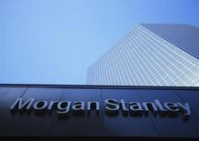 Morgan Stanley est l'une des valeurs à suivre à Wall Street après qu'une source proche du dossier a déclaré à Reuters que la banque envisageait de céder sa filiale de banque privée suisse, qui gère quelque 10 milliards de francs (8,2 milliards d'euros) d'actifs.  /Photo prise le 24 septembre 2013/REUTERS/Mike Blake