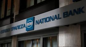 La banque centrale grecque a déclaré jeudi qu'un test de résistance pratiqué sur les grandes banques grecques avait montré qu'il leur fallait 6,4 milliards d'euros de fonds propres supplémentaires pour surmonter d'éventuelles pertes à l'avenir.  National Bank, la première banque du pays, doit notamment réunir 2,18 milliards d'euros de fonds propres supplémentaires. /Photo prise le 31 décembre 2014/REUTERS/Yorgos Karahalis