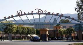 Walt Disney a annoncé des suppressions d'emplois à sa division Disney Interactive et une source au fait du dossier a précisé qu'environ 700 postes seraient éliminés - soit le quart des effectifs de cette division qui regroupe les activités de loisirs interactifs du géant américain du divertissement. /Photo prise le 5 février 2014/REUTERS/Mario Anzuoni