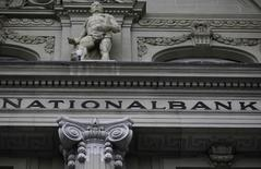 La Banque nationale suisse (BNS) confirme avoir subi une perte au titre de 2013, le profit tiré de ses réserves de changes n'ayant pas réussi à compenser le repli de la valorisation de ses avoirs en or. La banque centrale suisse a précisé avoir perdu 9,1 milliards de francs (7,5 milliards d'euros) l'an dernier, confirmant ainsi ses données préliminaires fournies début janvier.  /Photo d'archives/REUTERS/Pascal Lauener