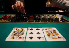Un homme ayant perdu 500.000 dollars dans un casino de Las Vegas a intenté une action en justice pour demander l'annulation de ses dettes au motif qu'il était trop ivre pour se rappeler ses faits et gestes lorsqu'il s'est réveillé le lendemain matin dans sa chambre d'hôtel. La réglementation du Nevada interdit aux casinos de laisser leurs clients continuer à jouer lorsqu'ils sont en état d'ébriété manifeste. /Photo d'archives/REUTERS/Yuya Shino