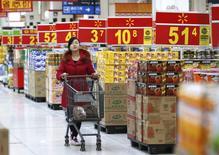 Les prix à la consommation ont augmenté de 2% en février en Chine, à leur rythme le plus faible en 13 mois, tandis que les prix producteurs ont baissé pour le 24ème mois d'affilée, de 2%, à leur rythme le plus fort en sept mois, montrent des chiffres publiés dimanche par le Bureau national de la Statistique. /Photo prise le 18 février 2014/REUTERS/Kim Kyung-Hoon