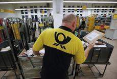 Deutsche Post annonce mercredi une hausse plus marquée que prévu de son bénéfice d'exploitation au quatrième trimestre 2013. Son activité a notamment été dopée par une envolée du nombre d'achats en ligne juste avant les fêtes de Noël. /Photo prise le 4 décembre 2013/ REUTERS/Fabrizio Bensch