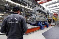 Répétition-Assemblage d'un énorme moteur diesel dans l'usine MAN d'Augsbourg. Le groupe munichois, filiale de Volkswagen, pense dégager cette année un bénéfice d'exploitation en hausse sensible après la baisse de plus de moitié subie l'an dernier en raison de l'échec d'un projet de construction de centrales électriques. /Photo d'archives/      REUTERS/Michael Dalder