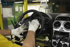 L'installation d'un airbag dans une usine de General Motors en Allemagne. Les autorités américaines ont comptabilisé 303 décès dus au non-déclenchement des airbags dans 1,6 million de véhicules rappelés par General Motors en février, selon l'étude d'un organisme indépendant. GM n'a signalé que 12 décès lors de 34 collisions impliquant les voitures rappelées. /Photo d'archives/REUTERS/Tobias Schwarz