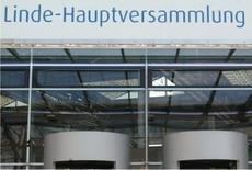 Le producteur allemand de gaz industriels Linde a estimé lundi que son bénéfice d'exploitation 2016 pourrait être inférieur d'environ 400 millions d'euros à ses prévisions si les taux de change restent défavorablement orientés comme à la fin de 2013. /Photo d'archives/REUTERS/Alexandra Winkler