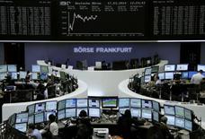 Les Bourses européennes confirment leur rebond à mi-séance lundi et Wall Street est attendue en hausse, même si la prudence continue de prévaloir après le vote massif de la Crimée en faveur de son rattachement à la Russie. A 12h30, le CAC 40, en baisse de 3,44% la semaine dernière, reprenait 0,60% tandis que Francfort gagnait 0,58%. /Photo prise le 17 mars 2014/REUTERS