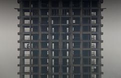 Un promoteur immobilier chinois, qui doit des milliards de yuans à des banques et à des particuliers, est au bord de la faillite, selon des sources proches des autorités de Fenghua où est basée la société Zhejiang Xingrun Real Estate. Les faillites et des défauts sur des emprunts bancaires sont monnaie relativement courante en Chine, mais la taille des prêts contractés par le promoteur et le fait que son cas soit mis en avant moins de deux semaines après que le pays a enregistré son premier défaut de paiement sur le marché obligataire local ont semé un vent de panique. /Photo d'archives/REUTERS/William Hong