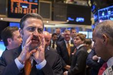Wall Street a finalement terminé en baisse vendredi, les investisseurs se montrant tout à coup prudents à l'approche du week-end après avoir porté en séance le S&P 500, indice de référence des gérants de fonds, à un record. L'indice Dow Jones a cédé 0,17%, à 16.302,70. Le S&P-500, plus large, a perdu 5,61 points, soit 0,30% à 1.866,40. Le Nasdaq Composite a reculé de son côté de 0,98%); /Photo prise le 21 mars 2014/REUTERS/Lucas Jackson