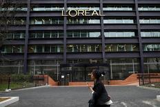 L'Oréal annonce la signature du contrat de cession à Nestlé de sa participation dans Galderma, la coentreprise de cosmétique médicale que les deux groupes détenaient à parité. /Photo prise le 11 février 2014/REUTERS/Benoît Tessier