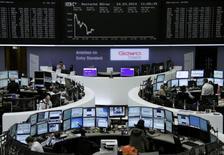 Les Bourses européennes reculaient de quelque 0,5% lundi vers la mi-séance, sous le coup d'inquiétudes à la fois concernant la croissance chinoise et la situation en Ukraine et malgré la publication d'indicateurs montrant une poursuite de la croissance dans la zone euro. Le CAC 40 perdait 0,58% vers 13h00 et le Dax se repliait de 0,53%. /Photo d'archives/REUTERS