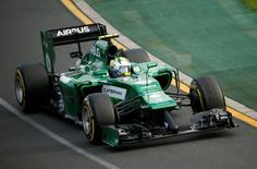 Le Suédois Marcus Ericsson au volant de sa Caterham lors du Grand Prix de Melbourne. Renault va mettre fin à sa collaboration dans les voitures de sport de série avec le constructeur britannique Caterham, son partenaire en Formule Un, selon une source proche du dossier. /Photo prise le 16 mars 2014/REUTERS/Jason Reed