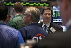 Wall Street a ouvert mercredi en hausse, sur fond d'apaisement des tensions en Ukraine. Quelques minutes après l'ouverture, le Dow Jones progresse de 0,42% à 16.436,73 points. Le Standard & Poor's 500  gagne 0,41% à 1.873,27 points et le Nasdaq prend 0,60% à 4.259,749 points. /Photo prise le 24 mars 2014/REUTERS/Brendan McDermid