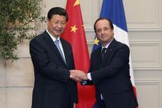 Le président François Hollande et son homologue chinois, Xi Jinping, en visite d'État en France, une présence qui a donné lieu à la signature mercredi de plusieurs contrats industriels d'une valeur de 18 milliards d'euros, 50 ans après l'établissement des relations diplomatiques entre les deux pays. /Photo prise le 26 mars 2014/REUTERS/Benoit Tessier