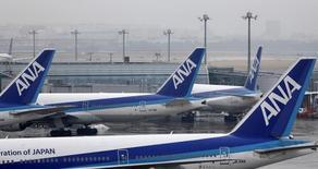 La compagnie aérienne japonaise ANA va acheter 70 avions à Boeing et à Airbus: 20 B777-9X, six 777-300ER, 14 B787-9 et 30 A320neo et A321neo. /Photo prise le 14 février 2014/REUTERS/Yuya Shino