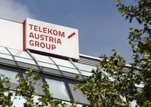 Le conseil d'administration de la holding publique autrichienne OIAG a approuvé l'ouverture de négociations sur un pacte d'actionnaires avec America Movil, la société du milliardaire mexicain Carlos Slim, pour le contrôle de Telekom Austria. Un accord permettrait à Vienne de maintenir son influence sur l'ex-monopole des télécoms. /Photo prise le l8 mai 2013/REUTERS/Heinz-Peter Bader