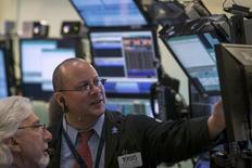 Wall Street a ouvert en hausse lundi, accentuant ses gains de vendredi, avant les déclarations très attendues de la présidente de la Réserve fédérale Janet Yellen en cours de séance. Le Dow Jones gagne 0,64% dans les premiers échanges. Le Standard & Poor's 500 progresse de 0,64% et le Nasdaq prend 0,75%. /Photo prise le 28 mars 2014/REUTERS/Brendan McDermid