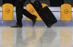 Lufthansa a annulé 3.800 vols cette semaine en raison d'une grève des pilotes de ligne de mercredi à vendredi. /Photo prise le 11 février 2014/REUTERS/Ralph Orlowski