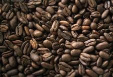 Le producteur de café italien Massimo Zanetti Beverage Group (MZB) compte s'introduire en Bourse en novembre pour financer des acquisitions et sa croissance à l'international. /Photo d'archives/REUTERS/YT Haryono