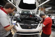 L'usine SEAT, filiale de Volkswagen, à Martorell. Les ventes de voitures neuves ont augmenté de 10% en Espagne au mois de mars par rapport au même mois de 2013. /Photo d'archives/REUTERS/Albert Gea