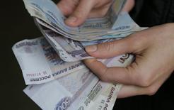 Le ministère russe de l'Economie a nettement revu mardi à la baisse sa prévision de croissance pour cette année, ne tablant plus que sur une hausse de 1,1% du produit intérieur brut (PIB) contre une précédente estimation de +2,5%, conséquence notamment des sanctions occidentales nées de la crise ukrainienne. /Photo prise le 3 mars 2014/REUTERS/Maxim Shemetov