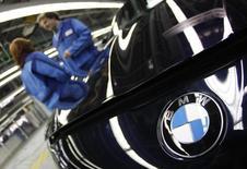 Le constructeur automobile allemand BMW va rappeler plus de 156.000 véhicules aux Etats-Unis, en particulier des modèles de Série 3, des berlines très prisées par les automobilistes américains. /Photo d'archives/REUTERS/Michaela Rehle