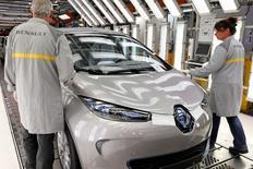 Ligne d'assemblage de la Zoe dans l'usine de Flins. Selon Les Echos sur leur site internet, Renault étudie une baisse de ses capacités de production sur l'usine de Flins. /Photo d'archives/REUTERS/Benoît Tessier