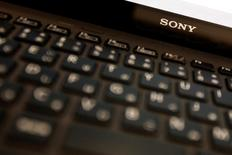 Sony a invité vendredi ses clients à cesser d'utiliser un modèle de sa gamme d'ordinateurs Vaio lancé en février en raison d'un risque d'incendie de la batterie. Trois exemplaires de ce modèle, Vaio Fit 11A, ont déjà pris feu au niveau de la batterie, fabriquée par Panasonic. /Photo d'archives/REUTERS/Yuya Shino