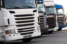 Le constructeur suédois de camions Scania affiche vendredi des résultats au premier trimestre supérieurs aux attentes, marqués par une reprise des commandes en Europe, alors que le marché les attendait en baisse. /Photo d'archives/REUTERS/Thomas Peter