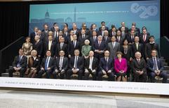 Les ministres des Finances des pays membres du G20 ont donné aux États-Unis jusqu'à la fin de l'année pour ratifier le projet de réforme du Fonds monétaire international et menacé de continuer sans eux dans le cas contraire. Ce projet de réforme, adopté fin 2010 par le FMI, vise à donner plus de poids aux pays émergents tout en augmentant les ressources du FMI. /Photo prise le 11 avril 2014/REUTERS/Joshua Roberts
