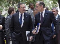 Le président de la Banque centrale européenne Mario Draghi (à gauche) en compagnie du gouverneur de la Banque d'Angleterre Mark Carney, vendredi à Washington. Une poursuite du renchérissement de l'euro nécessiterait un nouvel assouplissement de la politique monétaire de la BCE afin de maintenir une position aussi accommodante qu'elle l'est actuellement, a déclaré Mario Draghi samedi, lors d'une conférence de presse à Washington en marge des réunions de printemps de la Banque mondiale et du Fonds monétaire international. /Photo prise le 11 avril 2014/REUTERS/Joshua Roberts