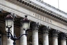 Les principales Bourses européennes ont ouvert dans le rouge lundi, dans le sillage de Wall Street et de Tokyo, sur fond d'interrogations sur le risque de correction boursière et d'escalade de la tension en Ukraine. À Paris, le CAC 40 abandonnait 0,39% à 7h13 GMT, tandis qu'à Francfort, le Dax perdait 0,74% et qu'à Londres, le FTSE reculait de 0,28%. /Phoot d'archives/ REUTERS/Charles Platiau