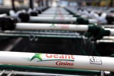 Casino a connu n ralentissement de sa croissance au 1er trimestre, marqué néanmoins par une amélioration dans ses hypermarchés en France, où les ventes des Géant Casino ont affiché une progression de 0,1%. Au total en France (Géant, Franprix, Leader Price, Monoprix), la tendance reste baissière avec un recul de 1,8%. /Photo d'archives/REUTERS/Eric Gaillard