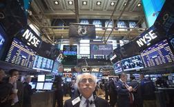 Wall Street a terminé en hausse lundi, portée par les résultats de Citigroup et par une bonne statistique des ventes au détail. Le Dow Jones a pris 0,91% à 16.172,98 points, des chiffres susceptibles de varier encore légèrement. /Photo prise le 14 avril 2014/REUTERS/Carlo Allegri