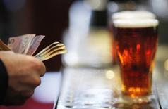Le brasseur SABMiller, qui possède entre autres les marques de bière Miller et Peroni, a fait état mardi d'une hausse de 3% de son chiffre d'affaires annuel, grâce à la croissance des volumes de bière et de boissons non alcoolisées.  /Photo d'archives/REUTERS/Tim Wimborne