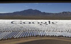 Логотип Google на гелиостатах в пустыне Мохаве на границе штатов Калифорния и Невада, 13 февраля 2014 года. Технологический гигант Google Inc приобрел компанию Titan Aerospace - производителя беспилотных аппаратов на солнечных батареях, с помощью которых Google намерен покрыть беспроводным интернетом отдаленные уголки нашей планеты. REUTERS/Steve Marcus