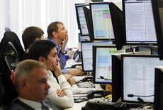 Трейдеры в торговом зале Тройки Диалог в Москве 26 сентября 2011 года. Снижение российских фондовых индексов возобновилось с новой силой после открытия торгов на Лондонской бирже, но обращающиеся на британской площадке акции Евраза вторую сессию растут против рынка. REUTERS/Denis Sinyakov
