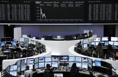 Les Bourses européennes évoluent en légère baisse à la mi-séance mardi. À Paris, le CAC 40 cède 0,03% à 4.383,34 points vers 10h45 GMT. À Francfort, le Dax recule de 0,4% et à Londres, le FTSE abandonne 0,13%. /Photo prise le 15 avril 2014/ REUTERS