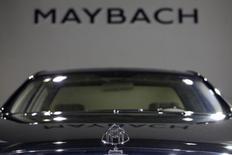 Daimler, qui avait arrêté la construction de la Maybach en 2012, par manque d'intérêt de la clientèle, compte relancer cette marque de luxueuses limousines, selon une source proche du dossier. /Photo d'archives/REUTERS/Tyrone Siu
