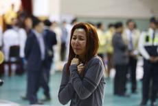 Мать пассажира с затонувшего парома, обнаружившая своего сына в числе спасенных, 16 апреля 2014 года. Почти 300 человек числятся пропавшими после крушения парома недалеко от побережья Южной Кореи, сообщили в среду местные власти. REUTERS/Kim Hong-Ji